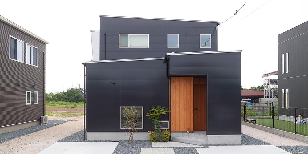 階段の梁が印象的な家
