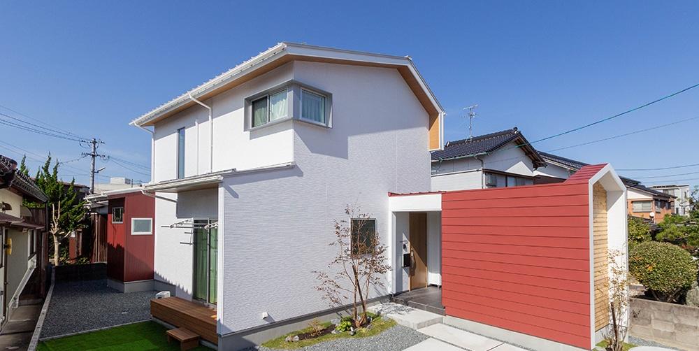 小さな小屋と白い家